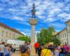 Przewodnik Artur opowiadający w centrum miasteczka Tokaj na wycieczce jednodniowej na Węgry z Bieszczad.