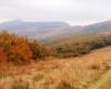 Widok na szlaku prowadzącym do widocznego na horyzoncie Pikuja jesienią...