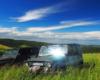 Samochody UAZ w letnich trawach z pięknymi widokami z Bieszczad na góry Beskidu Niskiego.