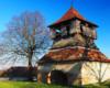 Dzwonnica obok kościoła w Starej Soli. Ma ponad 300 lat i jak widać już dawno była nie remontowana... Zapraszamy z Biurem Podróży Bieszczader na wycieczkę jednodniową Kolej Zakarpacka.