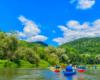 Rzeka, słońce, lasy i góry, a te wszystkie atrakcje Bieszczad podziwiane podczas spływu kajakami Sanem. To rzeka, która tworzy Zalew Soliński i Myczkowiecki.
