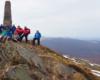 Grupa przy obelisku na szczycie Pikuja z widokiem w stronę Wielkiego Wierchu, Starostyny, Husnego Wyżnego...