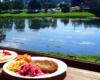 Turyści uczestniczące w wycieczce jednodniowej Wodami Rzeki San mają 2 potrawy regionalne do wyboru - chryczanyki lub naleśniki. A posiłek jemy z widokiem na przepływającą obok restauracji rzekę San!