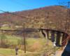 Wiadukt na granicy między miejscowościami Wołosianka i Użok podziwiany z okien pociągu na trasie z Wołosianki do Sianek. Jest to główna atrakcja wycieczki jednodniowej w Bieszczady ukraińskie - Kolej Zakarpacka.