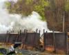 Kłęby dymu unoszące się nad retortami służącymi do wypału węgla drzewnego w Bieszczadach - na wycieczce jednodniowej Traperska Przygoda.