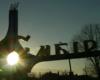 Słońce zachodzące nad witaczem w mieście Sambor. Zapraszamy razem z Biurem Podróży Bieszczader na wycieczkę jednodniową Kolej Zakarpacka!