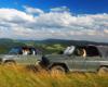 Samochody terenowe UAZ na szczycie jednej z połonin pogórzańskich z widokiem w stronę Łopiennika, Chryszczatej, Połoniny Wetlińskiej...