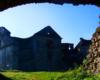 Kościół w ruinach klasztoru ojców jezuitów w Zagórzu widoczny przez główną bramę prowadzącą do atrakcji od strony północnej. Wycieczka od starego kościoła w Zagórzu zajmuje tylko 15 minut.