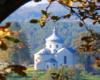Cerkiew w Wielopolu podziwiana z punktu widokowego przy ruinach karmelu - klasztoru ojców jezuitów w Zagórzu.