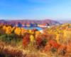 Zalew Soliński i Myczkowiecki oraz obydwie zapory wodnej podziwiane jesienią ze zboczy góry Jawor, a dokładnie z drogi prowadzącej do hotelu Rewita w Solinie. To jeden z najpiękniejszych punktów widokowych w Bieszczadach.