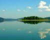 Na Zalewie Solińskim są 3 główne wyspy. Na zdjęciu widoczna Wyspa Małą zwana również Zajęczą. Obok niej przepływamy statkiem, na którym turyści słuchają opowieści przewodnika oraz odbywa się degustacja win!
