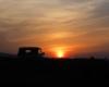 Terenowy UAZ w promieniach zachodzącego słońca na pograniczu Bieszczad i Beskidu Niskiego. Ktoś chętny na taką wycieczkę kończącą się o zachodzie słońca?