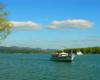 Jeden ze statków pływających po Zalewie Solińskim w tle z zielonymi wzgórzami nad Soliną. Czy ktoś z Was chciałby uczestniczyć w takiej wycieczce jednodniowej po Bieszczadach w takiej pięknej scenerii?