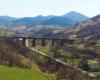 Na długości 18 km przejedziemy przez 6 tuneli (najdłuższy 908m) i aż 27 wiaduktów! Trasa opada 18 serpentynami 370m w dół w dolinę rzeki Uż. Wycieczka jednodniowa Kolej Zakarpacka w Bieszczady ukraińskie!
