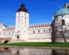 Widok na zamek w Krasiczynie z nad tzw. stawu dolnego podczas wycieczki po parku. Jadąc na wycieczkę z Biurem Podróży Bieszczader turyści słuchają również ciekawych opowieści podczas zwiedzania parku...