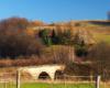 Kolejka wąskotorowa Pogórzanin ma już historię sięgającą 1904 roku. W wielu miejscach przejeżdża po wiaduktach i mostach. Na zdjęciu najstarszy kamienny.