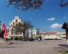 """Ratusz, pomnik Kościuszki i studnia na rynku w Rzeszowie. To jedna z atrakcji na wycieczce jednodniowej """"Kolej na Łańcut"""" organizowanej głównie dla turystów wypoczywających w Bieszczadach."""