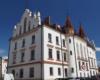 Ratusz miejski na środku rynku w Rzeszowie. Opowiadamy o tej atrakcji na wycieczce jednodniowej Kolej Na Łańcut, w której uczestniczą turyści z Bieszczad.