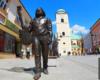 Pomnik Tadeusza Nalepy na Paniadze - ulicy 3 maja wygląda niemal jak żywy. Przewodnik opowiada o tym niezwykłym muzyku z Rzeszowa podczas wycieczki jednodniowej Kolej Na Łańcut.