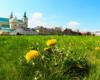 Bazylika Wniebowzięcia NMP oo. Bernardynów i klasztor, a po prawej pomnik czynu rewolucyjnego w centrum Rzeszowa. Zdjęcie wykonane na wycieczce jednodniowej zorganizowanej dla turystów z Bieszczad.