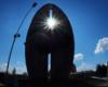 Słońce w centrum Pomnik Czynu Rewolucyjnego lub Pomnik Walk Rewolucyjnych - chwila na wycieczce jednodniowej Kolej Na Łańcut organizowanej dla klientów zebranych w Bieszczadach.