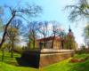 Sucha fosa, która oddziela starówkę od Zamku Lubomirskich. Obecnie we wnętrzu zamku rzeszowskiego mieści się sąd okręgowy. Wędrujemy tędy na wycieczce jednodniowej Kolej Na Łańcut.