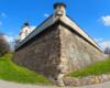 Potężne mury otaczające Zamek Lubomirskich zwany po prostu zamkiem rzeszowskim. Zamek w Rzeszowie – jeden z głównych zabytków miasta wybudowany w latach 1902–1906 na miejscu dawnego zamku Lubomirskich.