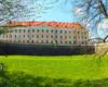 Postawiono czteroskrzydłowy, trzypiętrowy gmach z wewnętrznym dziedzińcem. Zachowano jedynie wieżę bramną, która została nadbudowana do pięciu pięter i zwieńczona barokowym hełmem. Zamek Lubomirskich w Rzeszowie to jedna z atrakcji wycieczki jednodniowej Kolej Na Łańcut dla turystów z Bieszczad.