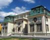 """Letni Pałac Lubomirskich w Rzeszowie to obecnie siedziba Okręgowej Izby Lekarskiej. Najważniejsze, że zachowany od zniszczenia i pięknie odnowiony. Zapraszamy na wycieczkę jednodniową po Rzeszowie i nie tylko """"Kolej Na Łańcut""""."""