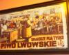 """Plakat w jednej z restauracji lwowskich z cytatem """" Kto chce żyć bez troski pije piwo lwowskie"""" - zapraszamy na wycieczkę jednodniową ze zwiedzaniem restauracji Lwowa w zimie."""