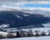 Widok z Przełęczy Wyżnej 855m na POŁONINĘ CARYŃSKĄ 1297m i w oddali TARNICĘ 1346m. Zdjęcie wykonane podczas wycieczki po Wielkiej Obwodnicy 22 marca 2020 w Bieszczadzkim Parku Narodowym.