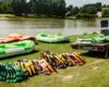 Każdy z uczestników spływu pontonami po rzece San w Bieszczadach jest wyposażony w kamizelkę ratunkową oraz wiosło. Więcej na www.BieszczadyAktywnie.pl