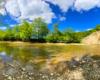 Rzeka Wisłok przepływająca przy skale Olza - największa odkrywka fliszu karpackiego w Karpatach obok miejscowości Zawadka Rymanowska w Beskidzie Niskim.