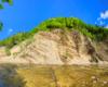 Rzeka, góry, skały i chmury - wszystko na jednym zdjęciu w Zawadce Rymanowskiej, przy największej w Karpatach ścianie skalnej z odkrywką fliszu karpackiego - Beskid Niski.