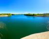 Widok z zapory w Sieniawie tworzącej Jezioro Sieniawskie - to doskonałe miejsce na wędkowanie i plażowanie w czystych wodach rzeki Wisłok przepływającej przez Beskid Niski.