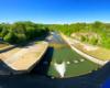 Widok z zapory wodnej w Sieniawie w kierunku północnym, czyli w koryto rzeki Wisłok tworzącej Jezioro Sieniawskie.