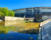 Zapora wodna w Sieniawie tworząca Jezioro Sieniawskie widoczna od dołu, czyli z koryta rzeki Wisłok wypływającej w Beskidzie Niskim i dalej płynąca przez Jasło, Dębicę, Strzyżów, Rzeszów...