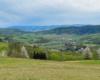 Widok ze zboczy góry Czekajka, czyli z Morochowa w stronę miejscowości Mokre, a obydwie położone wzdłuż granicy między Bieszczadami, a Beskidem Niskim.