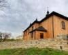 Zdjęcie drewnianej cerkwi w Morochowie wykonane ze strony południowo-wschodniej. Warto zorganizować sobie wycieczkę jednodniową na pogranicze Bieszczad i Beskidu Niskiego.