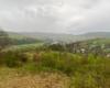 Widok ze wzgórza położonego nad Morochownicą na miejscowość Mokre. W dolinie rzeka Osława, która jest granicą między Bieszczadami, a Beskidem Niskim.