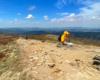 Bardzo silny wiatr spowodował, że turystka musiała usiąść na szlaku, aby ją wiatr nie powalił. Taką pogodę mieliśmy na Bukowym Berdzie 10 maja w Bieszczadzkim Parku Narodowym.