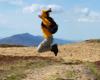 Radość, skok i niemal lot na silnym wietrze dmuchającym podczas wycieczki po paśmie Bukowego Berda na wycieczce jednodniowej z Mucznego.