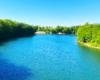 Widok z mostu nad Jeziorem Sieniawskim w stronę zapory wodnej tworzącej jezioro - na tym odcinku można spotkać najwięcej wędkarzy.