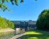 Widok spod gałęzi drzewa na brzegu rzeki Wisłok na zaporę wodną w Sieniawie tworzącą Jezioro Sieniawskie - to kolejna atrakcja Beskidu Niskiego.
