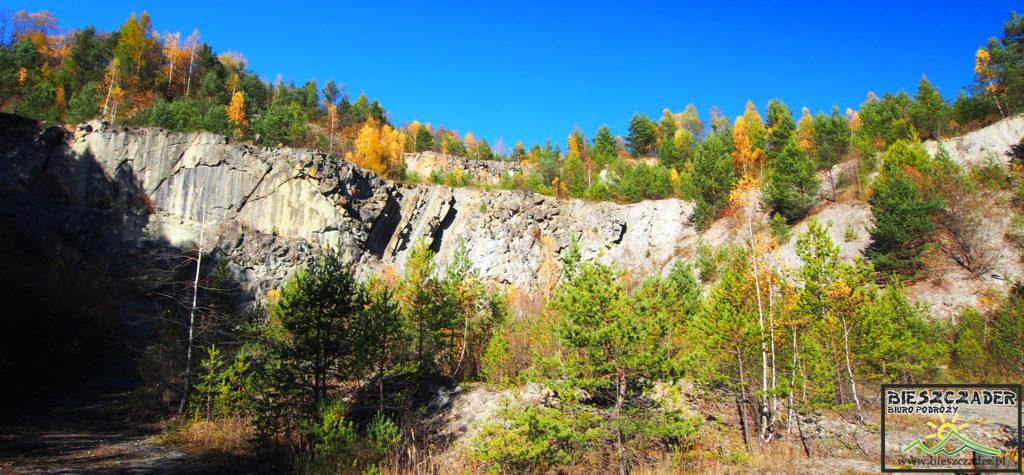 Kamieniołom w Bóbrce - miejsce widokowe na Zalew Myczkowiecki, Zalew Soliński, Bóbrkę i zaporę wodną w Solinie tworzącą Zalew Soliński.