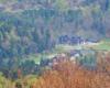 Widok z Bukowego Berda na Centrum Promocji Leśnictwa i inne hotele oraz noclegi w Mucznem - to idealne miejsce na wycieczki piesze, rowerowe i narciarskie o każdej porze roku, zarówno w lasy, jak i do Bieszczadzkiego Parku Narodowego.