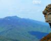 Skała przypominająca twarz człowieka na zboczach Bukowego Berda z widokiem na Połoninę Caryńską - czyż to nie jedno z najpiękniejszych miejsc w Bieszczadach i najlepszy pomysł na wycieczkę jednodniową po Bieszczadach, czy Bieszczadzkim Parku Narodowym?