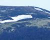 Płaty śniegu na północnych zboczach Szerokiego Wierchu obok szlaku czerwonego prowadzącego z Tarnicy w kierunku Ustrzyk Górnych.