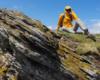 Madzia schowana za skałą na Bukowym Berdzie schowana od porywistego wiatru wiejącego na szczytach Bieszczadzkiego Parku Narodowego. Pogoda piękna na wycieczkę po Bieszczadach, ale wiatr zbyt mocny...