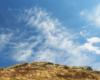 Chmury na bieszczadzkim niebie nad pasmem Bukoweg Berdo sfotografowane podczas silnego wiatru 10 maja.